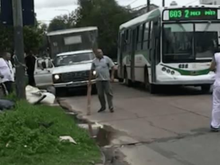 Berazategui: colectivero chocó con un repartidor, discutieron y casi terminan a las piñas