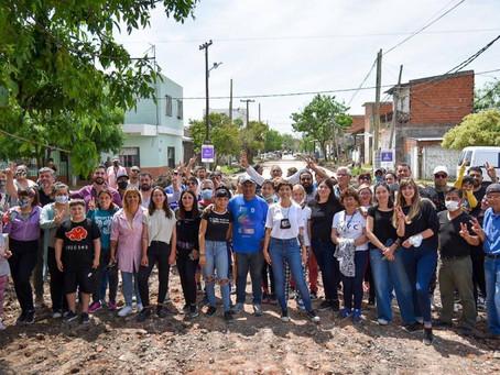 Mayra charló comerciantes y vecinos de Quilmes Oeste y supervisó el avance del pavimento en Kolynos