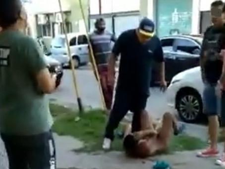 Impactante video: lincharon y desnudaron a un adolescente por robar un celular en Solano