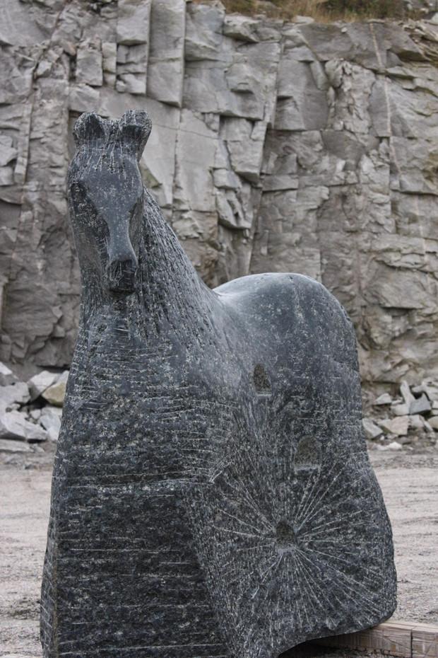 Hest med vogn (horse with wagon) (145cmx150cmx50) Stone Larvikitt