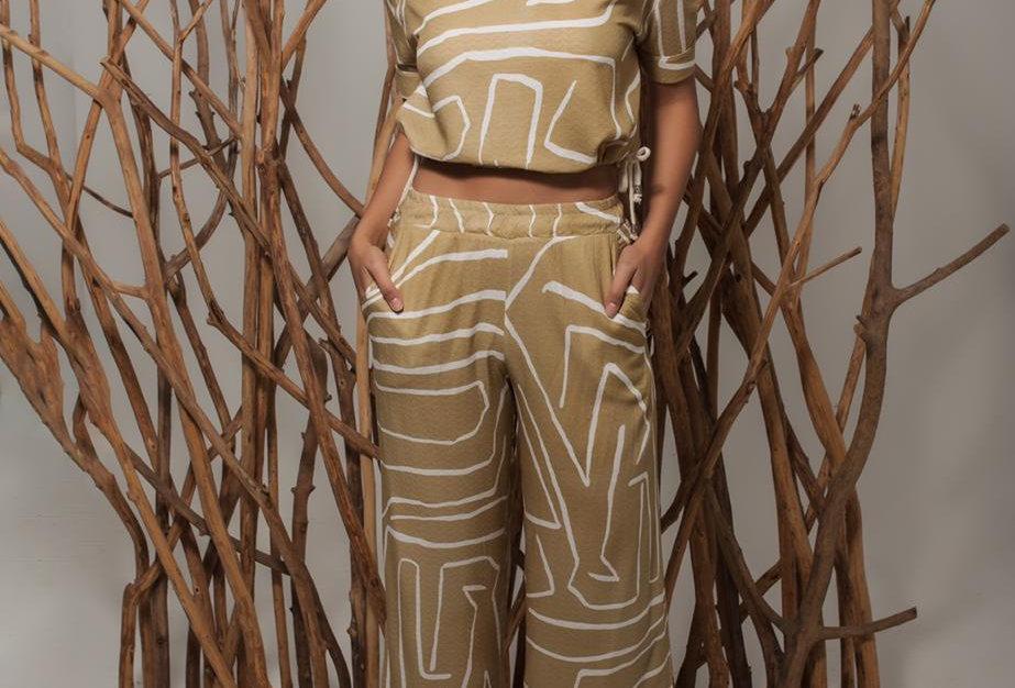 Conjunto blusinha dois laços ouro e calça de elástico com fenda lateral