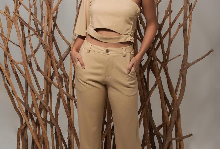 Blusa com um ombro lastex lateral e calça com bolso granito