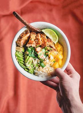 Bowl de riz au saumon, avocat & mangue