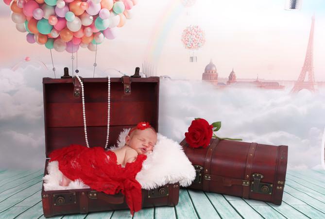 bebe fille rouge valise voyage ciel ballon shade shooting photo