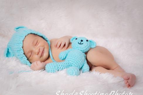 bébé garcon souriant ourson doudou bleu bonnet bebe fille rouge valise voyage ciel ballon shade shooting photo
