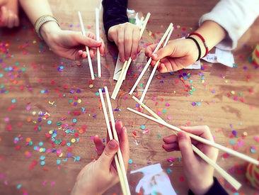 Organiseer makkelijk en goedkoop zelf een origineel kinderfeesje thuis met een draaiboek met uitodigingen en printables voor spelletjes: Japansfeestje / sushifeestje