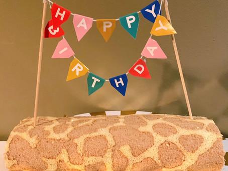 Safaritaart: cakerol met giraf print voor bij het safarifeest