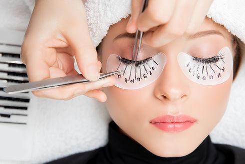 Eyelash extension procedure. Master twee