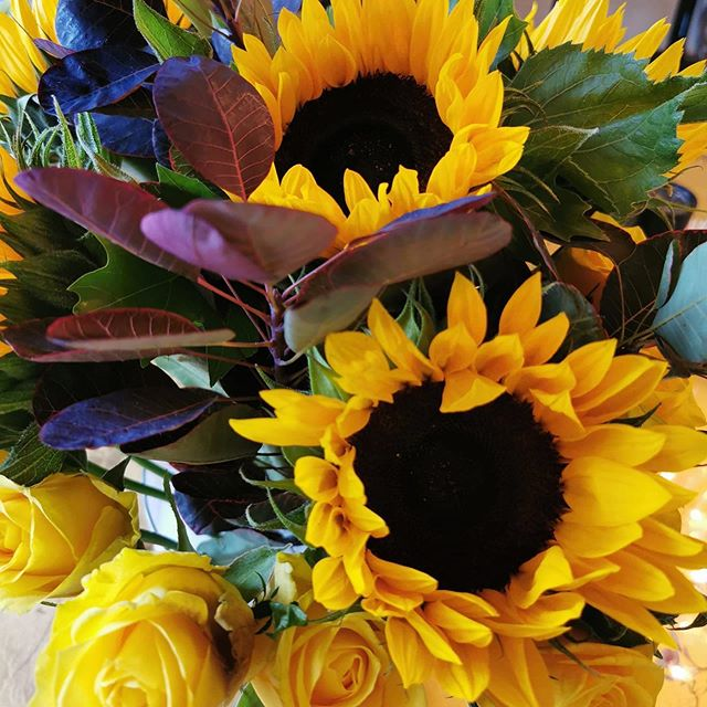 🌻🌻🌻 Beautiful flowers delivered on a