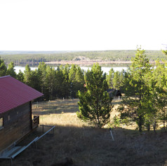 400 meters from the house overlooking the lake and valley. Private parking and balcony. Room for horse trailer or your wilderness toys