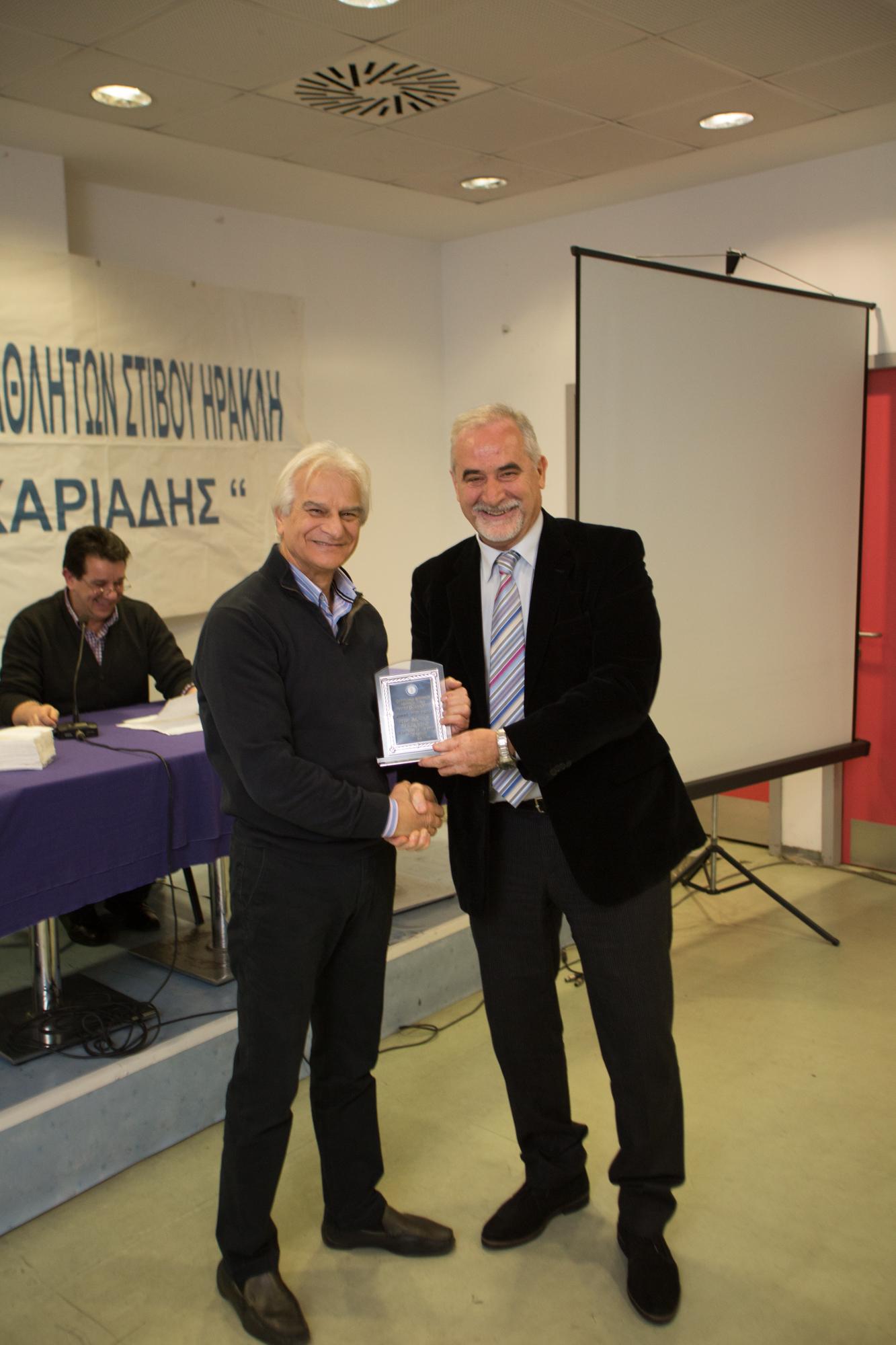 Βαλσαμίδης Βασίλης βραβείο από τον Κοσμήτορα ΤΕΦΑΑ Σπ.Κέλλη.jp