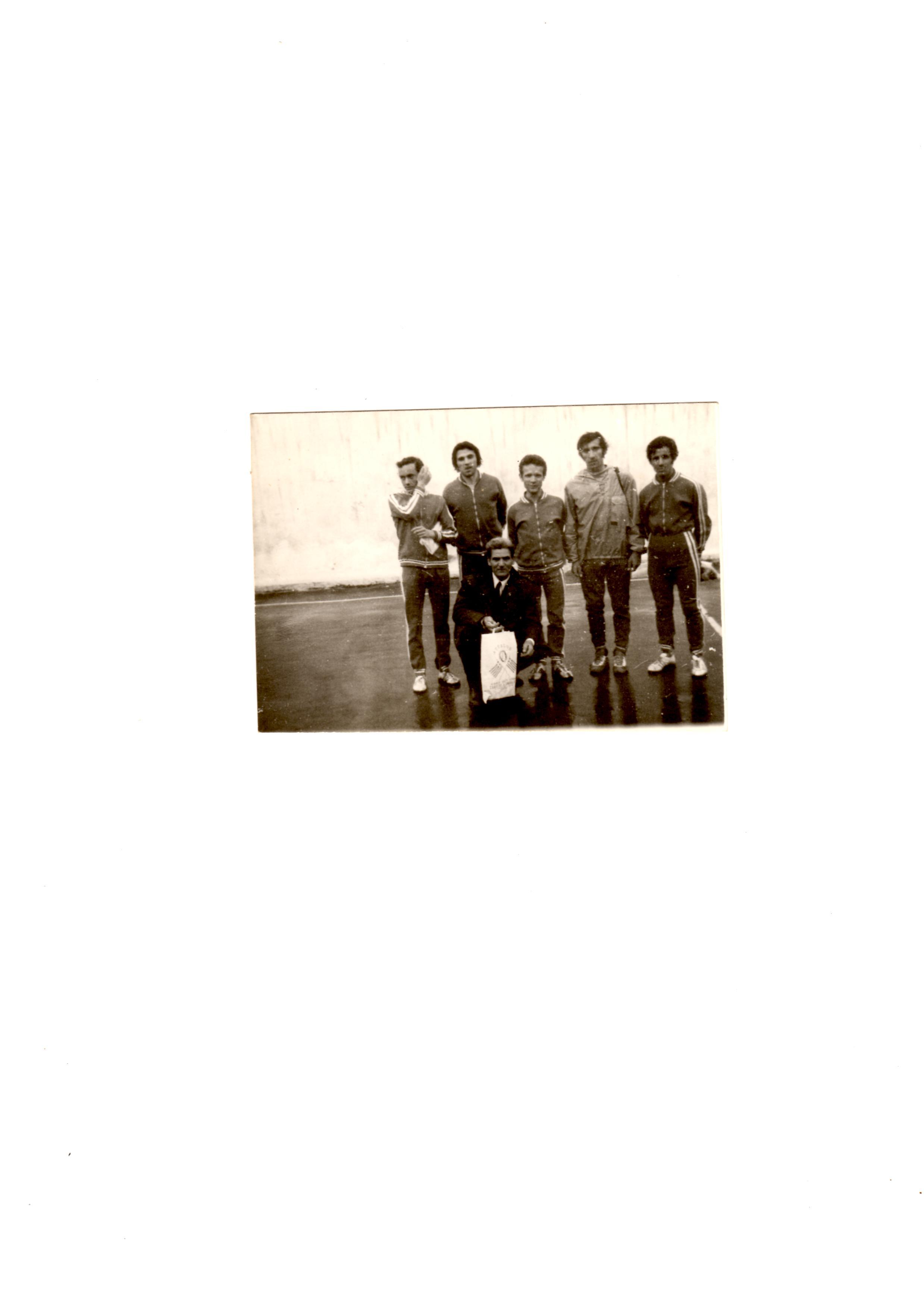 1973..Αθηνα..Η ομαδα μετα τον τερματισμο..με εφορο αγωνισματος και τον αειμνιστο Σ.Κονα (ΦΑΣ Ναουσα)