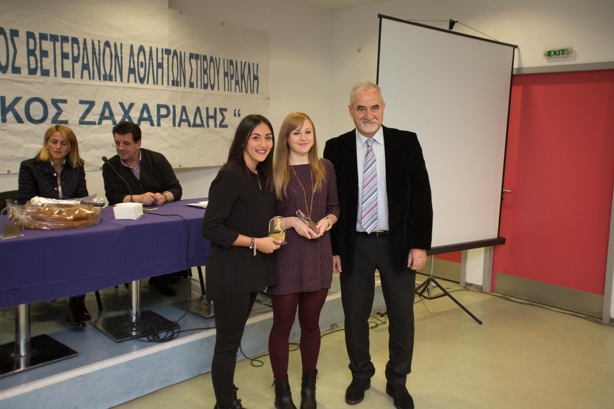 Τερζάκη Γ.,Τζιούρνα Ευαγγ.(4χ100μ ΝΕΩΝ ΓΥΝΑΙΚΩΝ) βραβείο από τον Κοσμήτορα ΤΕΦΑΑ Σπ.Κέλλη