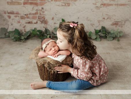 Sesión de recién nacido en Valencia con la hermana mayor.