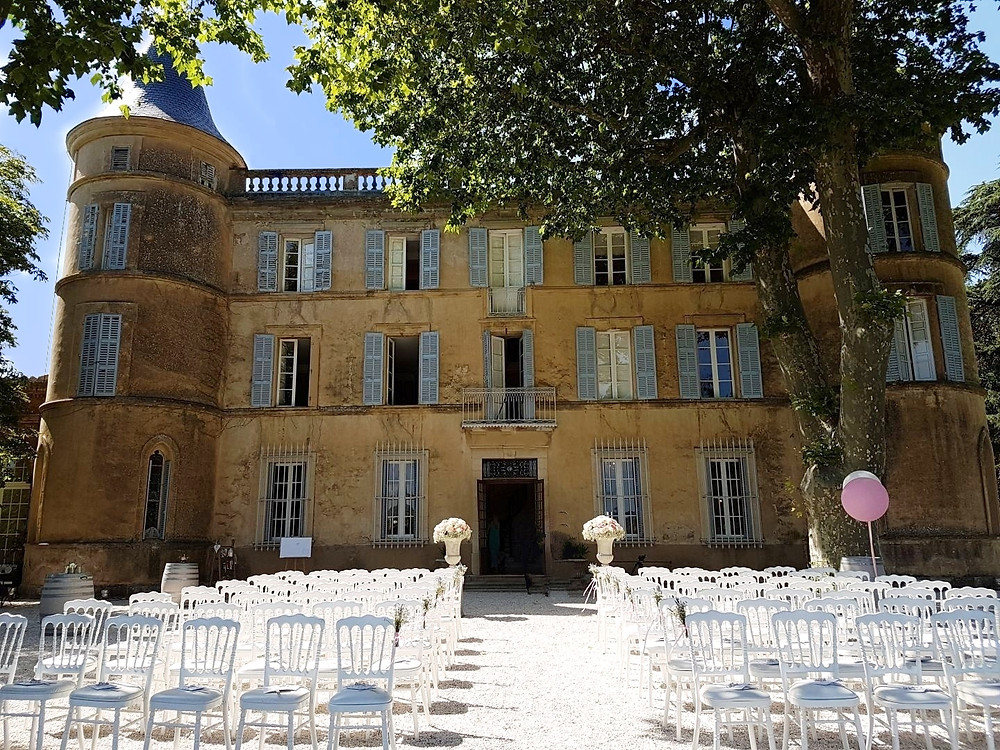 An elegant setting for large and smaller weddings alike, the Château Robernier is beautifully situated with far-reaching views