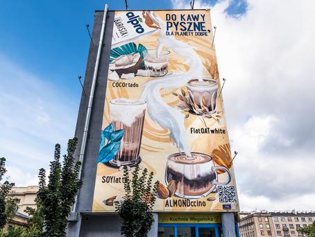 Alpro Barista z muralem promującym kawy na roślinnym
