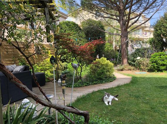 L'allée en bois mène à la terrasse