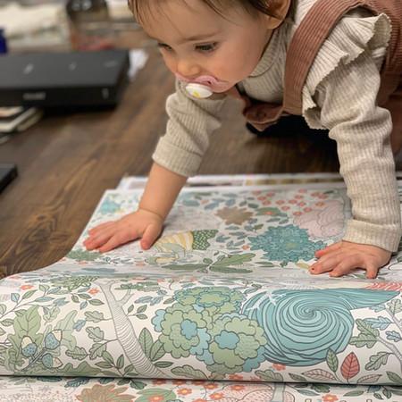 Olivia whit a BorasTapeter paper