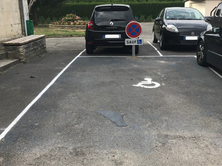 Information : Stationnement réservé aux personnes handicapées ou à mobilité réduite