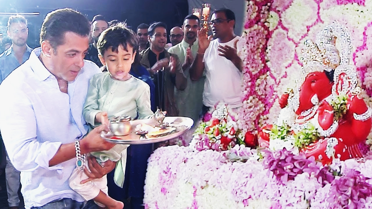 SALMAN KHAN PERFORMED VIGHNAHARTA AARTI WITH THE WHOLE FAMILY ON THE OCCASION OF GANESH CHATURTHI