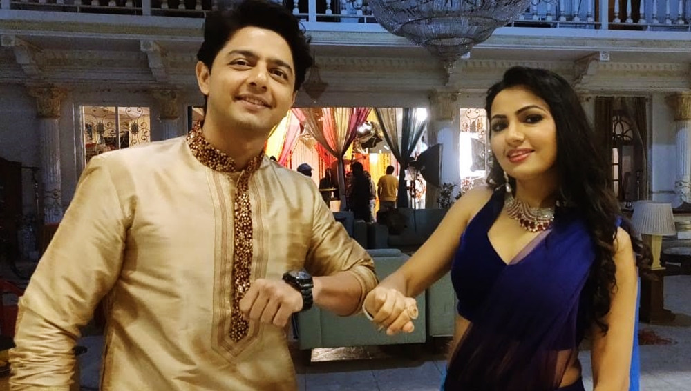 THE ELBOW TOUCH – ALAN KAPOOR AND PREET KAUR MADHAN COME UP WITH A NEW WAY TO GREET CO-ACTORS ON THE SETS OF PYAR KI LUKA CHUPPI