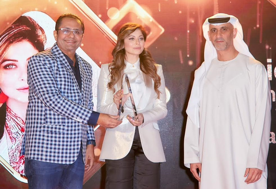 KANIKA KAPOOR RECEIVES MUSIC ICON AWARD