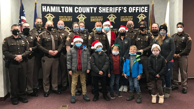 Sheriff-helps-Santa 2020