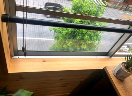 【DIY】サッシ周りの木部をニスで保護する