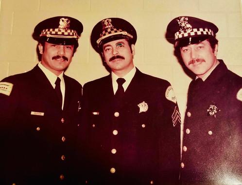 Tony Olivieri (izquierda) posa con otros dos fundadores de La Asociación de Policía de Puerto Rico, Edwin Olivieri y Víctor Vega, en 1977. Tony y Edwin acababan de jurar como sargentos y Vega celebraba su graduación de la Academia de policía. | Foto cortesía de Waldemar Cruz