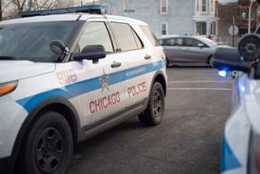 Los oficiales de policía de Chicago responden a un tiroteo el viernes, 30 de noviembre, 2018 en el bloque 1000 de North Monticello Avenue en el vecindario de Humboldt Park.