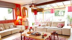 lustre-vertigo_veranda_rouge_et_beige_canapes_rideaux