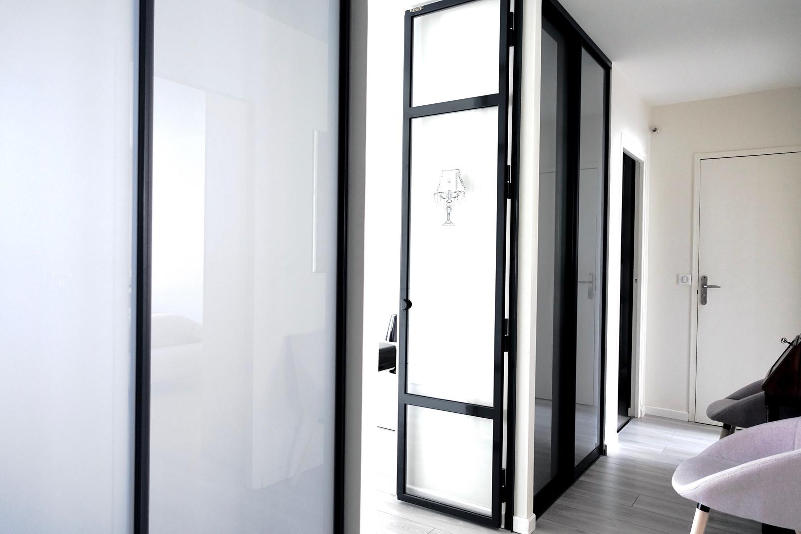 portes en verre dans le couloir