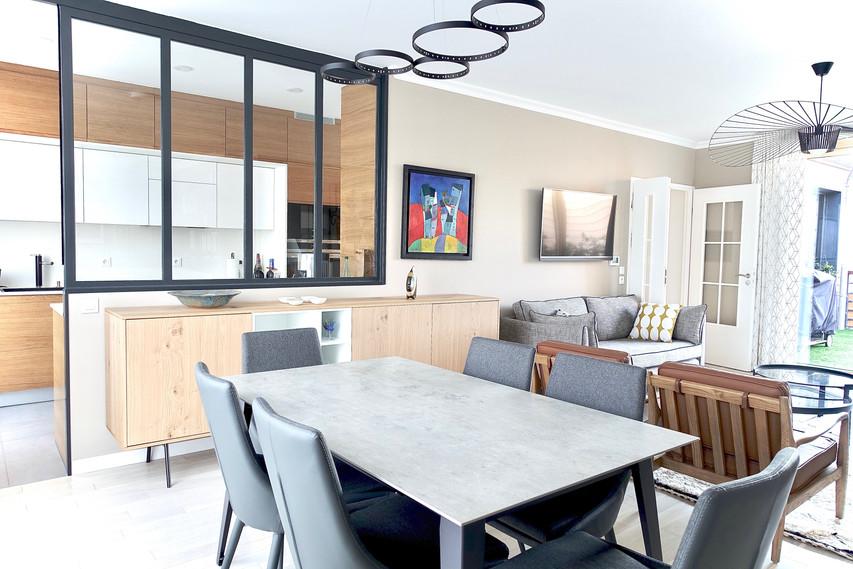 buffet, table, chaises et luminares by l