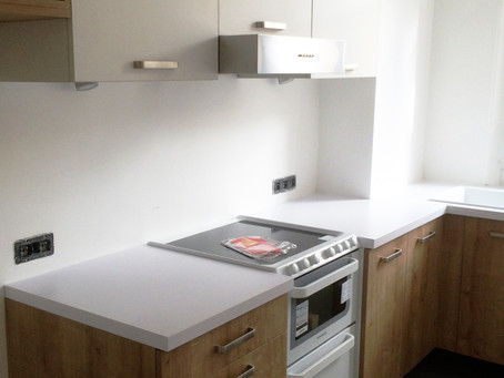 Une mini douche et une cuisine en rénovation.