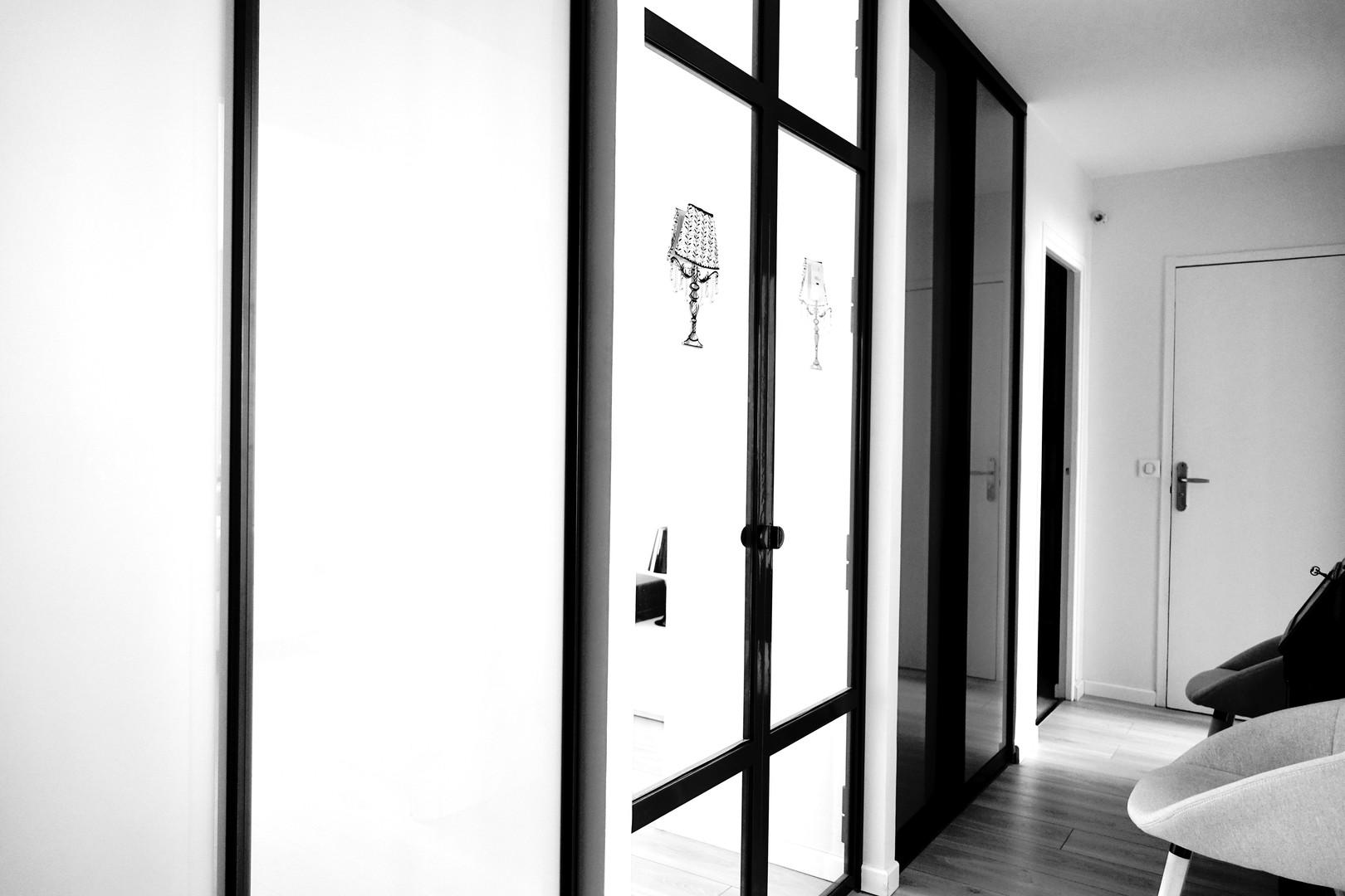couloir portes en verre par Sabrina ALVAREZ