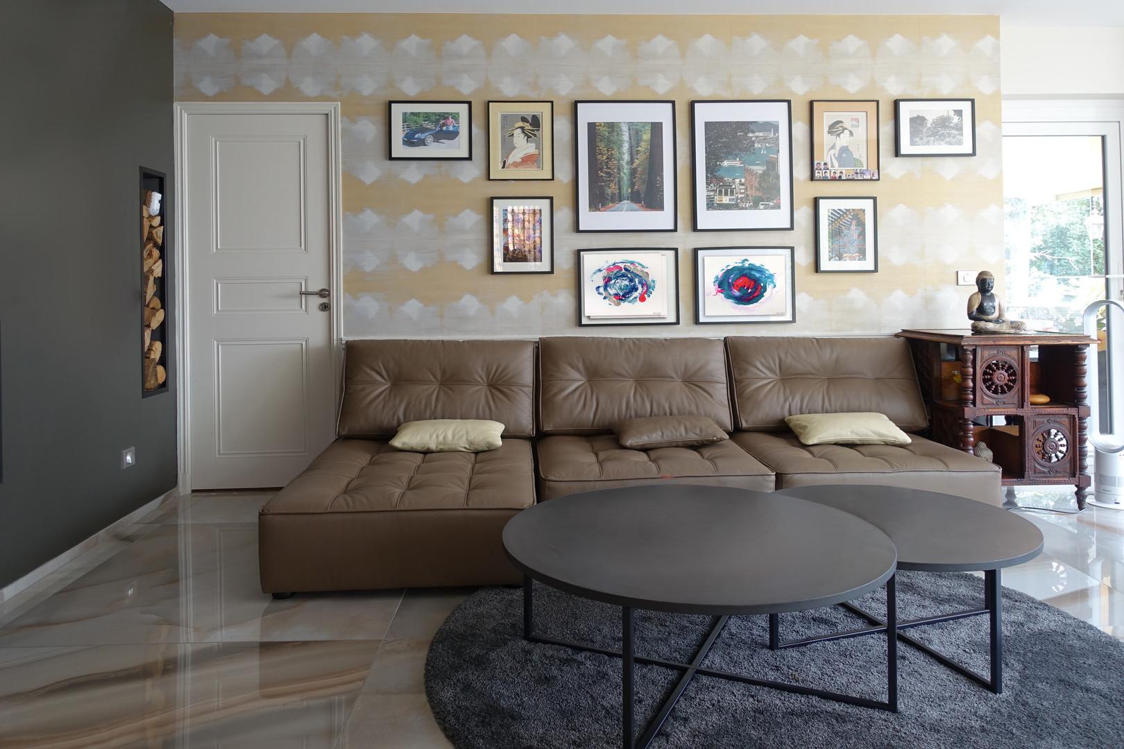 Canapés modulaires en cuir, tables gigognes en béton, papier peint graphique