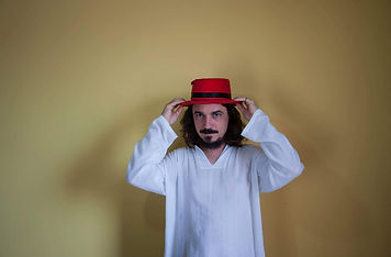 foto rodolfo chapeu vermelho bata branca