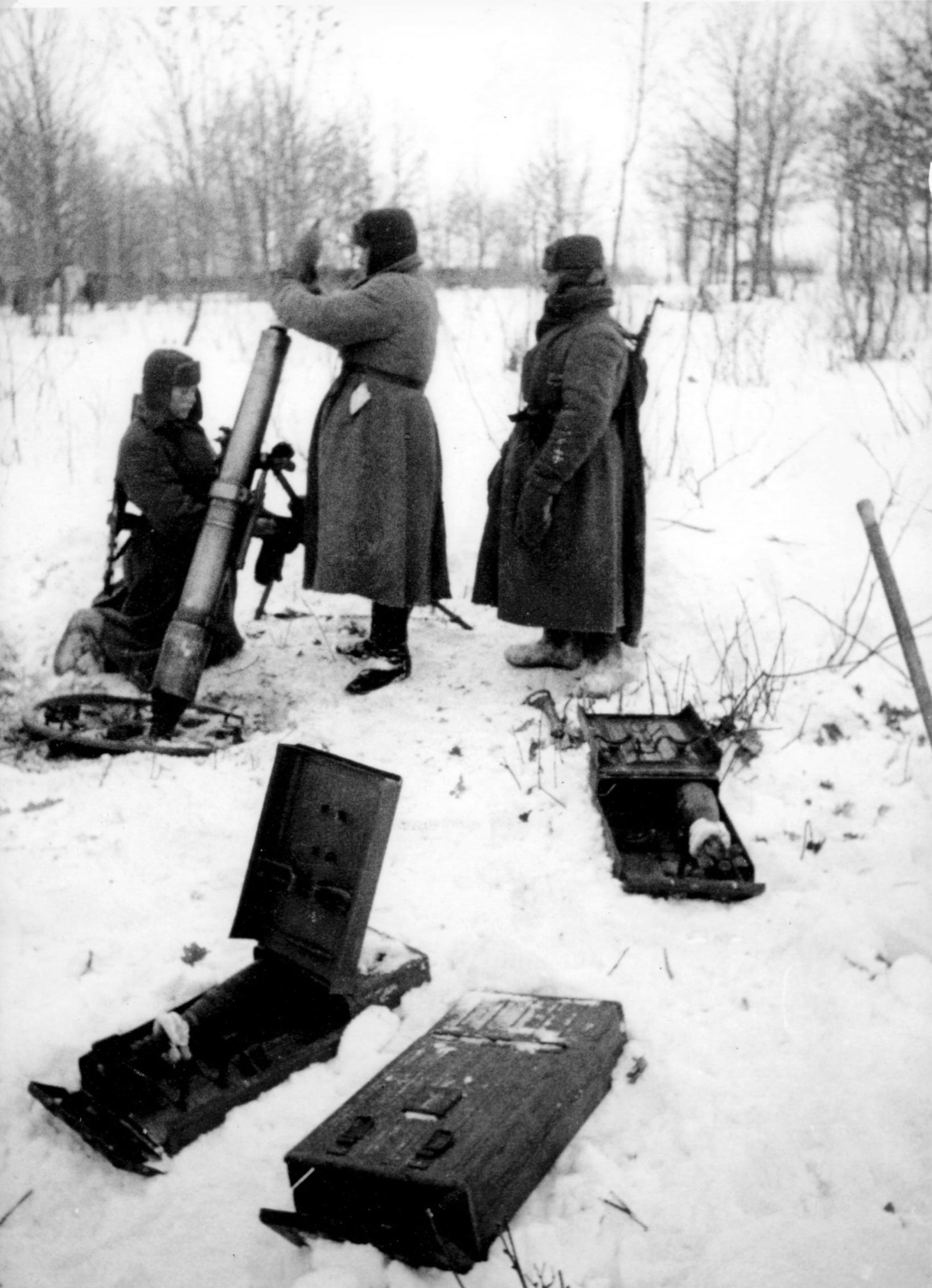 Расчет советского 107-мм полкового горно-вьючного миномета на позиции во время битвы за Москву