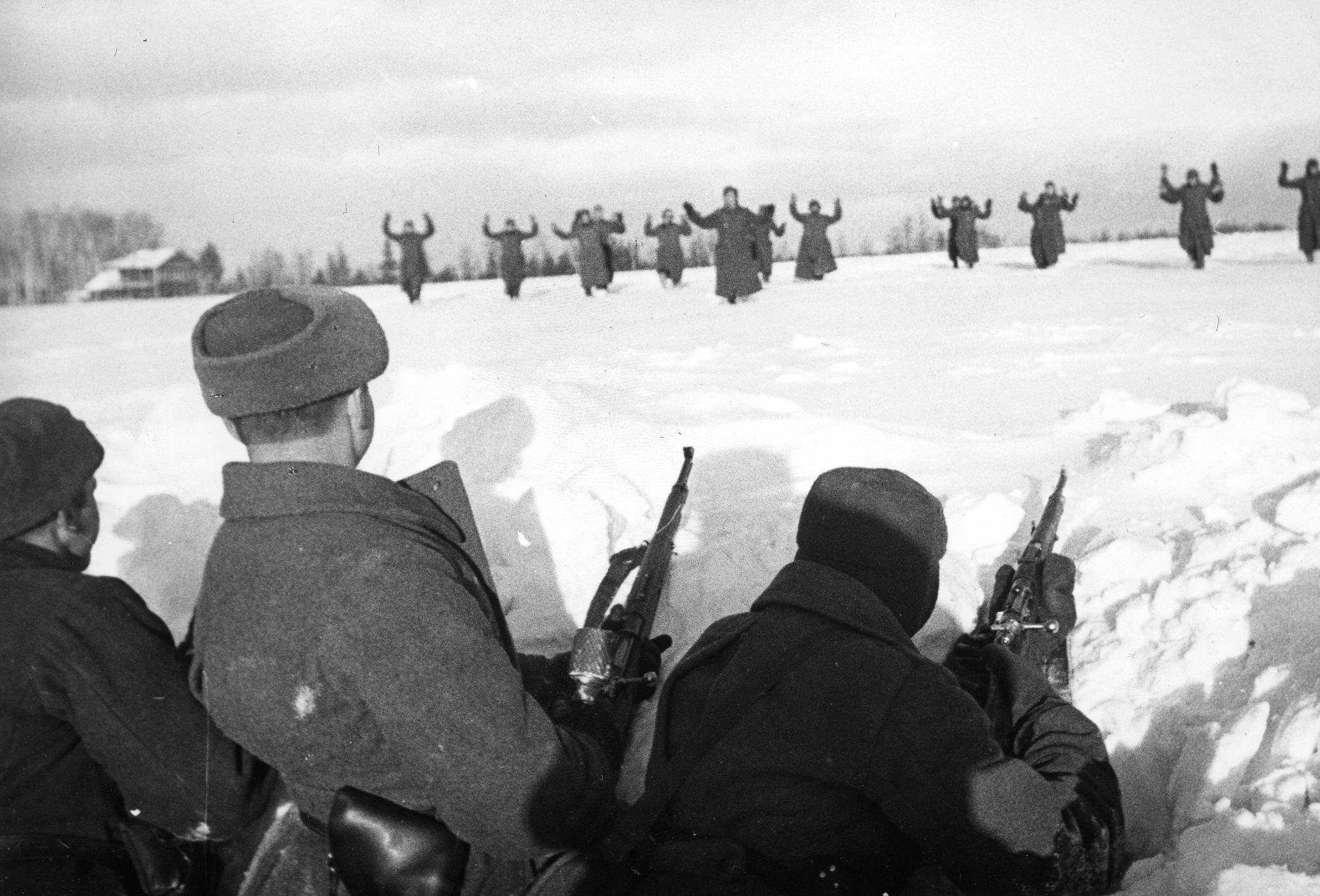 Немецкие солдаты сдаются в плен красноармейцам во время битвы за Москву