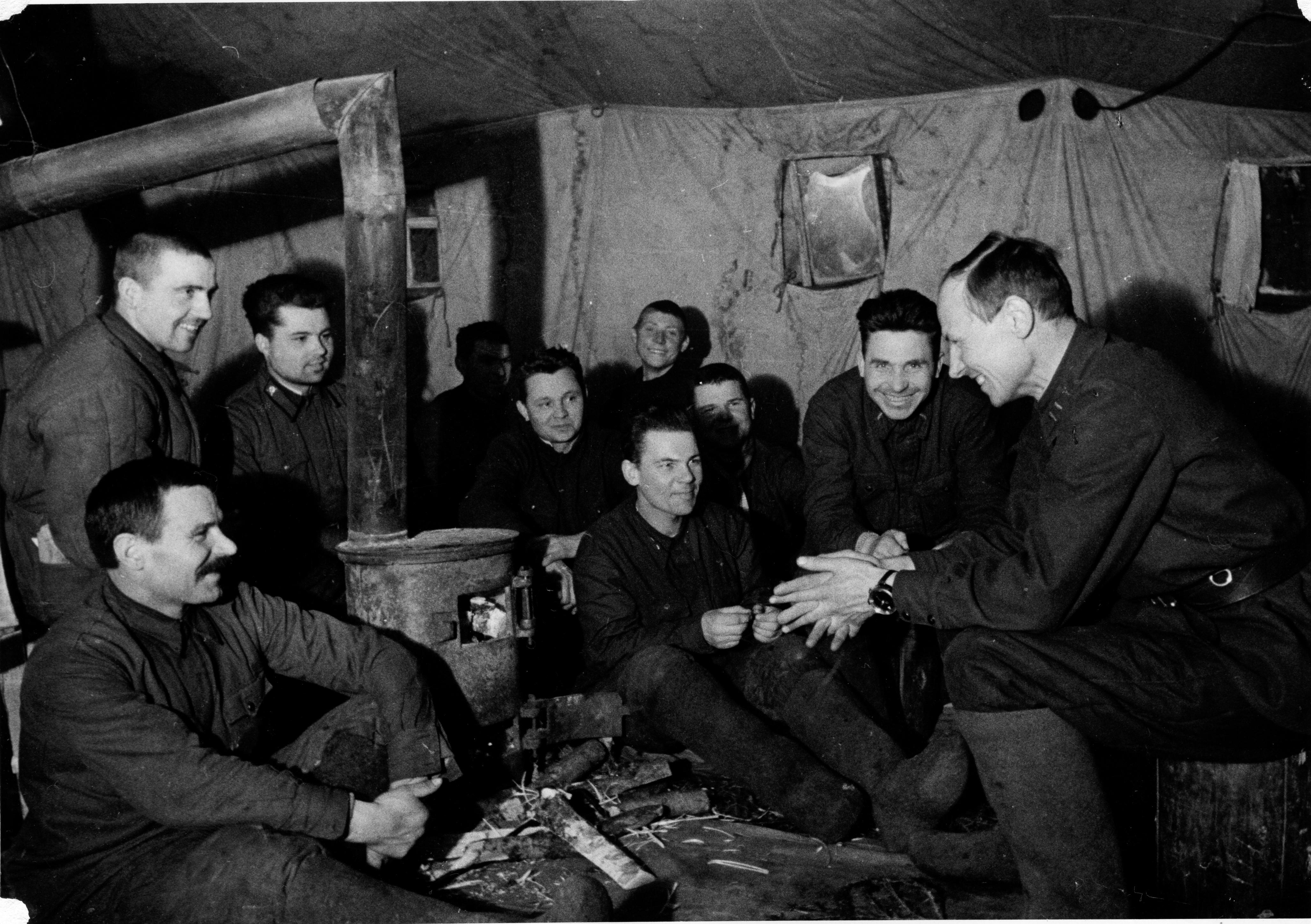 Офицеры одной из советских стрелковых частей в минуты отдыха во время битвы за Москву