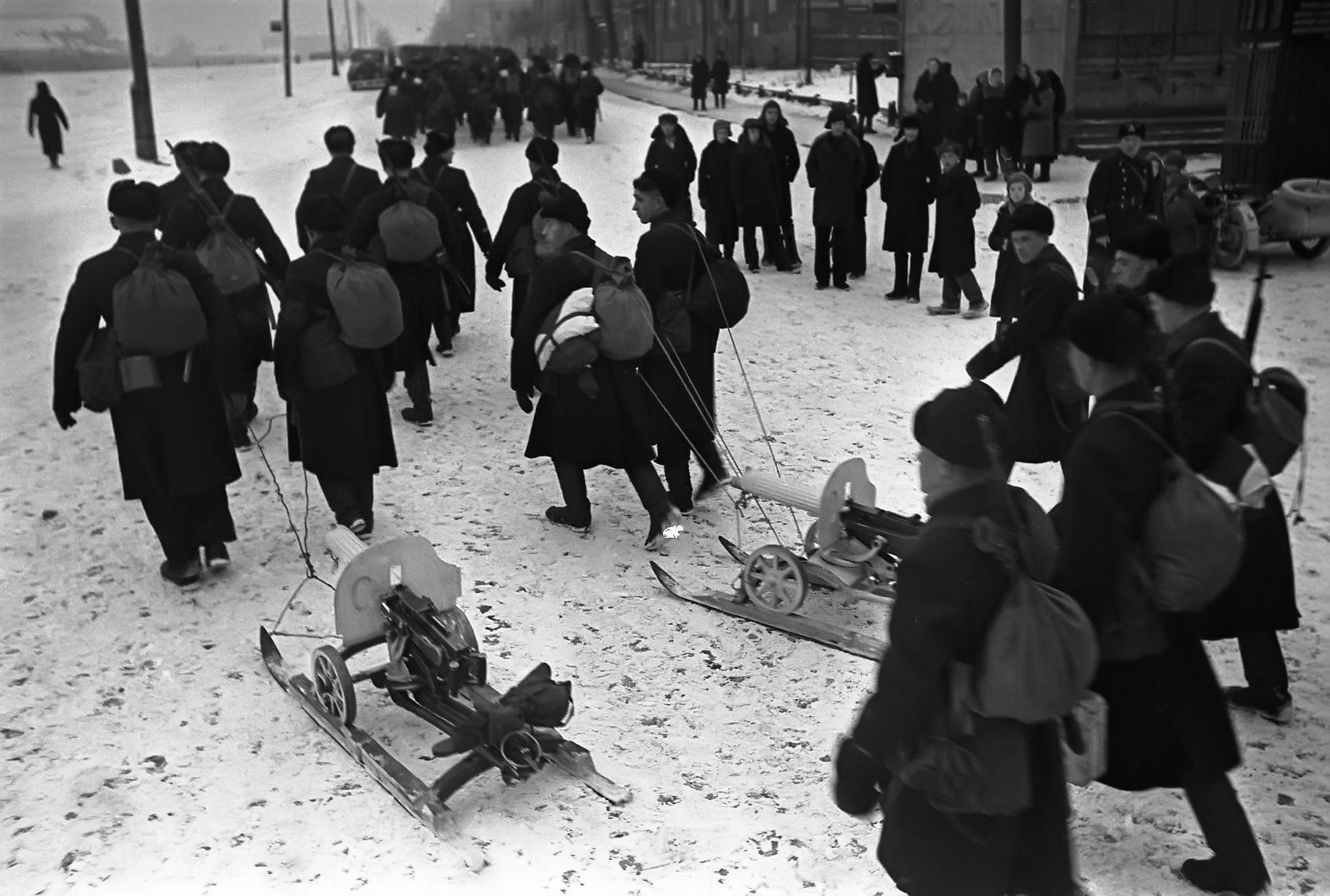 1-й Московский отряд моряков выдвигается на передовую в ходе Битвы за Москву