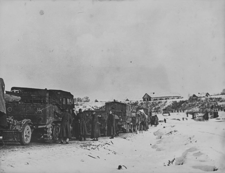 Колонна немецкой техники перед мостом во время битвы за Москву