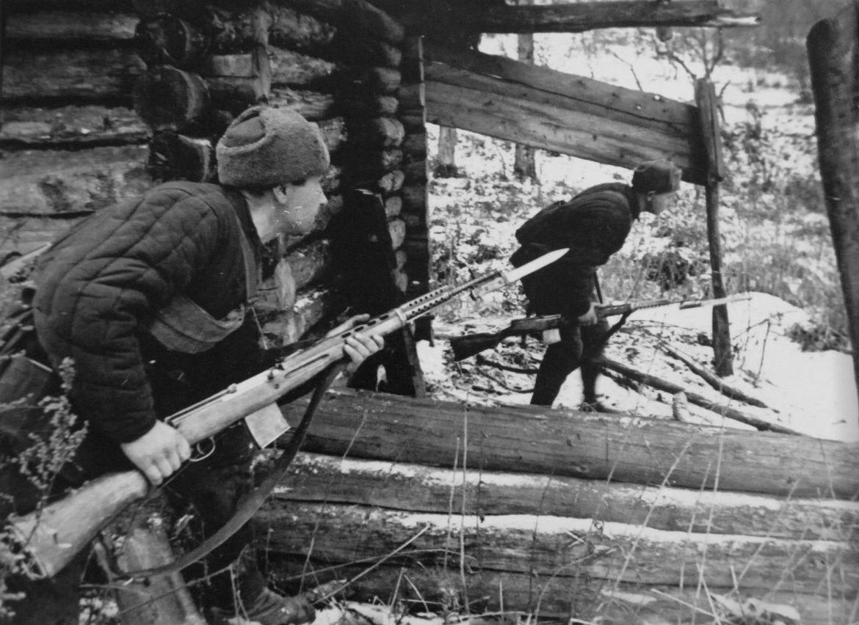 Бойцы народного ополчения с СВТ-40 во время битвы за Москву