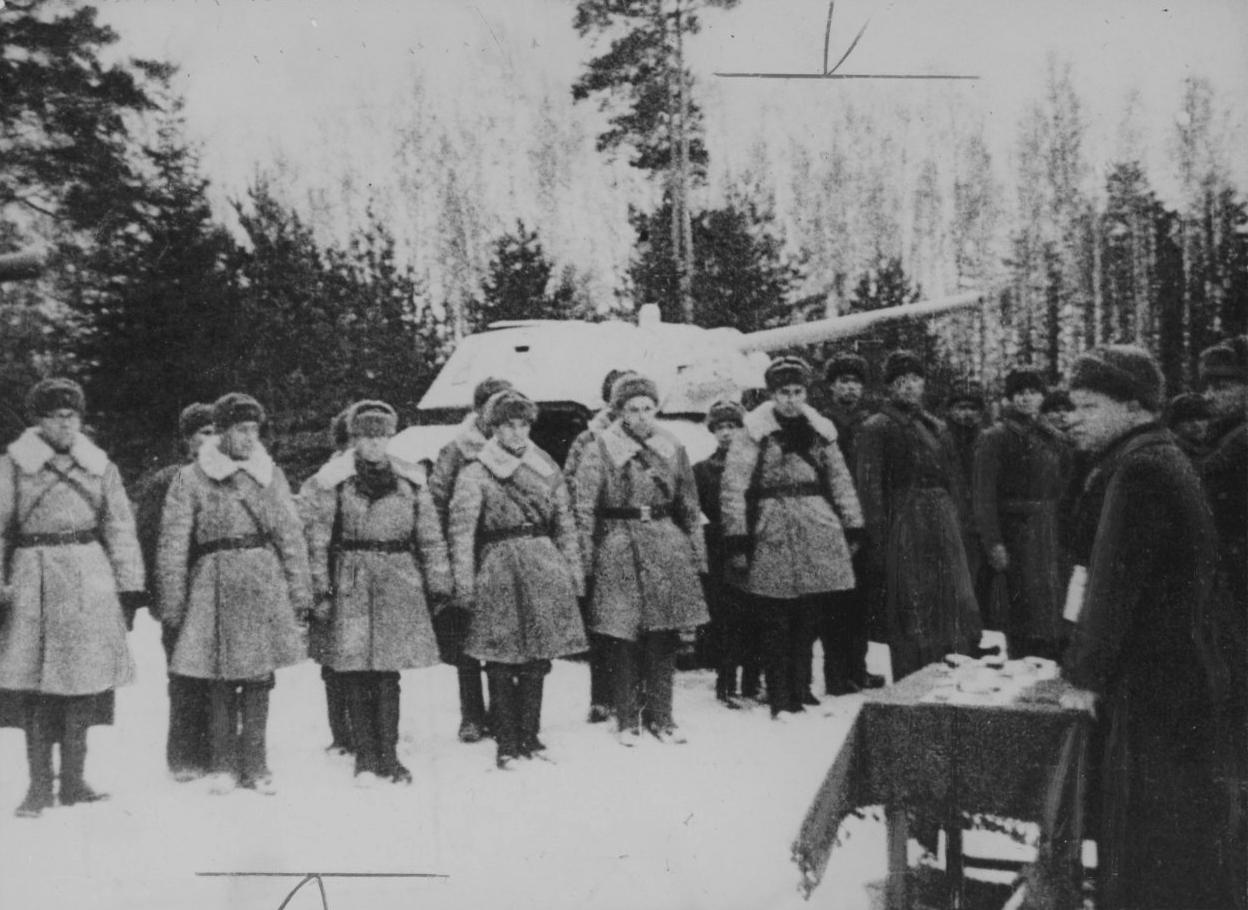 Построение советских военнослужащих у танка Т-34 во время битвы за Москву