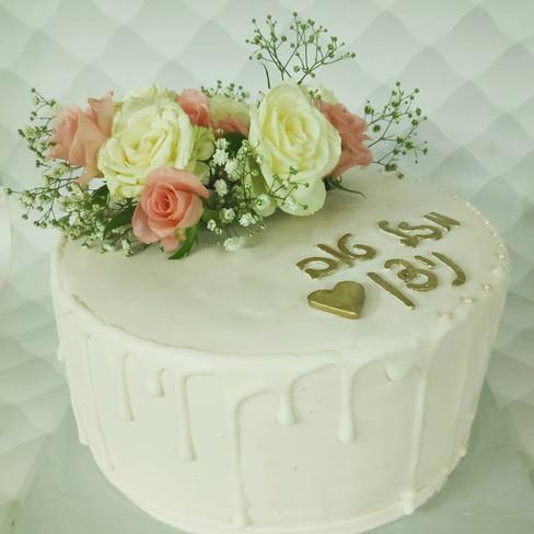 עוגת בצק סוכר עם פרחים חיים