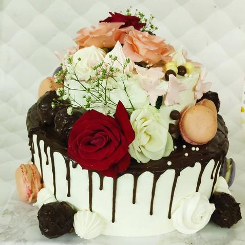 עוגת שתי קומות שכבות קרם ופרחים
