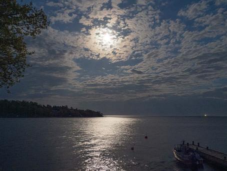 Månsken med Hanö vid horisonten