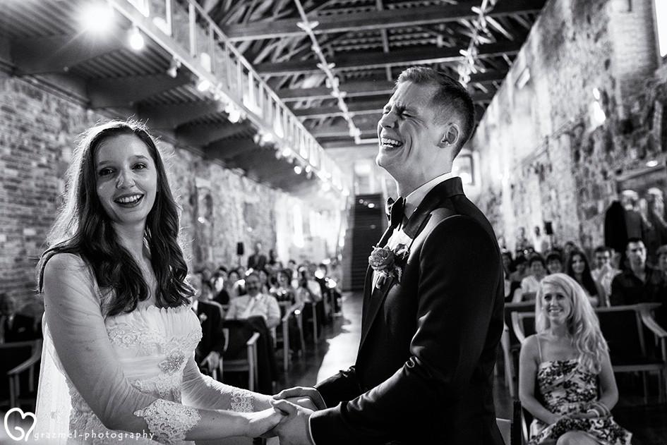 őszinte pillanatok fotózása az esküvői szertartás alatt