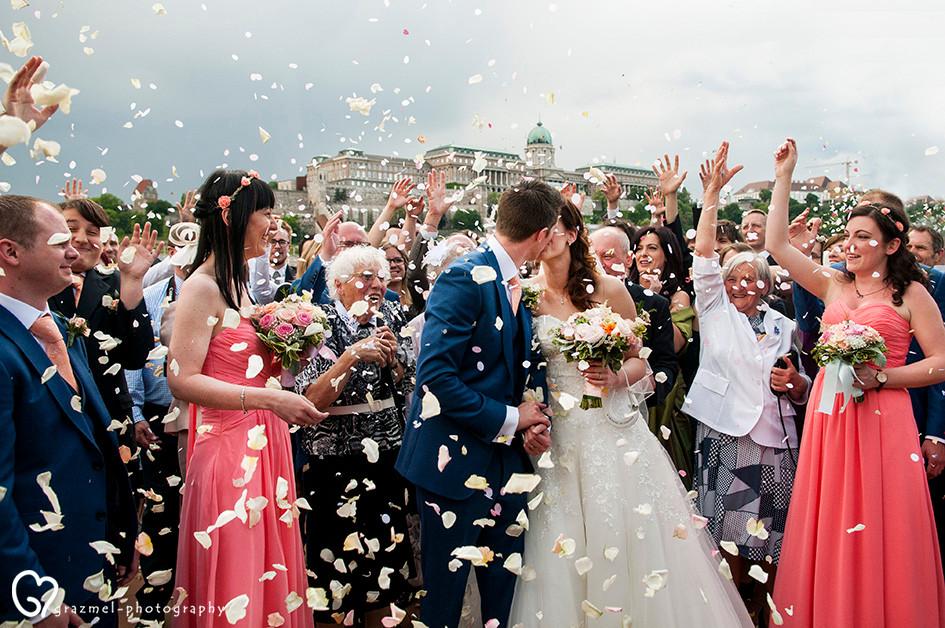 wedding group photo in Budapest, wedding photographer Budapest Hungary, esküvői fotós Budapest, csodás tavaszi esküvő Budapesten