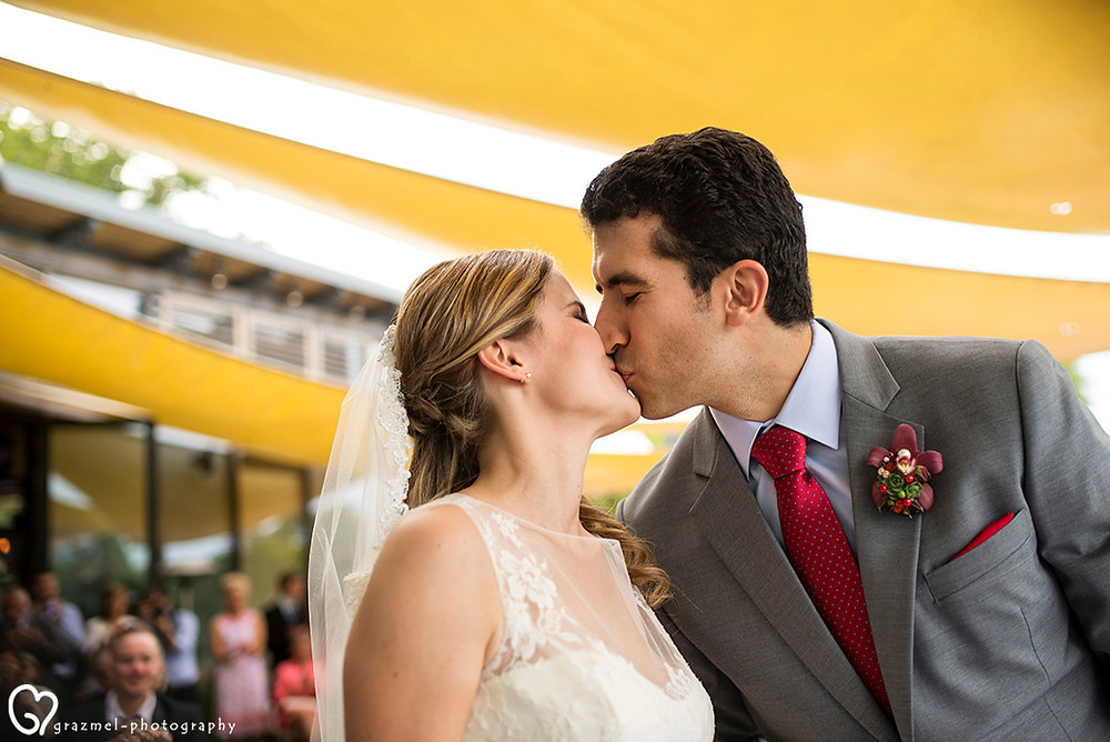 canadian wedding in Budapest, first kiss